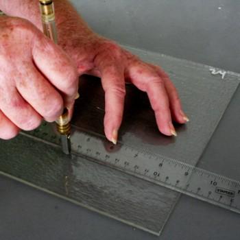 Как вырезать стекло нужного размера?