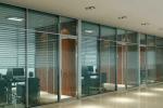 Монтаж стеклянных перегородок в офисном помещении
