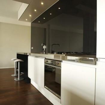 Черное стекло на кухне