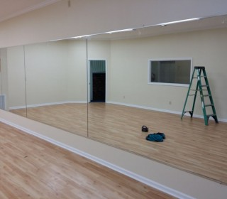 Установка зеркал в танцевальном зале